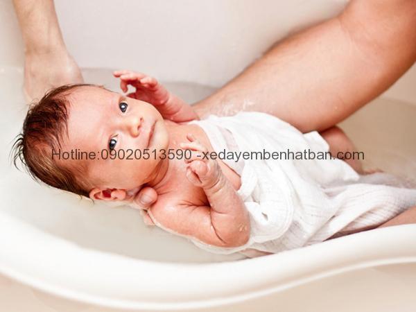 Cách hạ sốt cho trẻ sơ sinh tại nhà không dùng thuốc